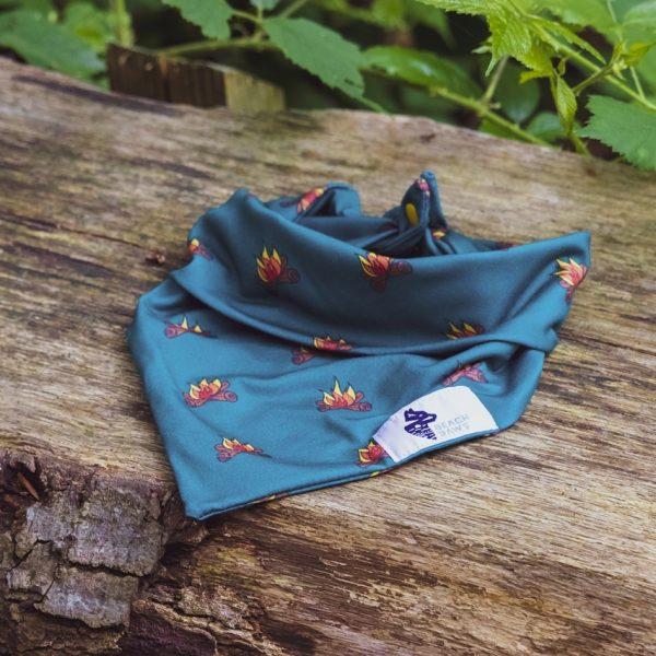 Turqouise of blauwe bandana voor de hond met kampvuren
