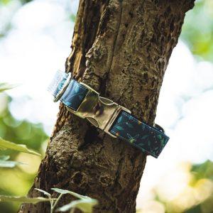 Handgemaakte blauwe halsband van BEACHPAWS met vuurvliegjes